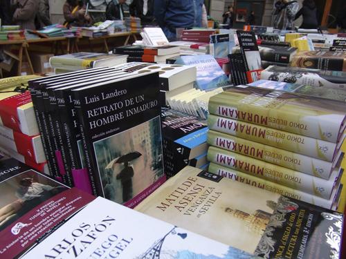 Puesto callejero de libros el día de Sant Jordi, 23 de abril