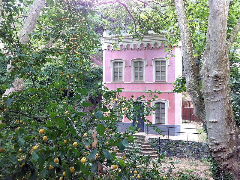 Edificio cerca del embalse de Vallvivrera