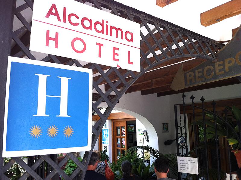 Entrada al Hotel Alcadima