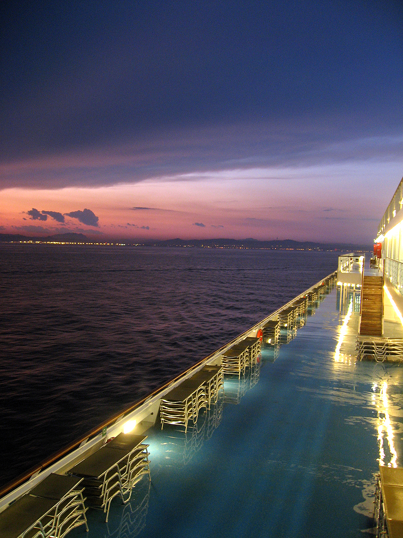 Crucero Costa Concordia frente a la costa de Barcelona