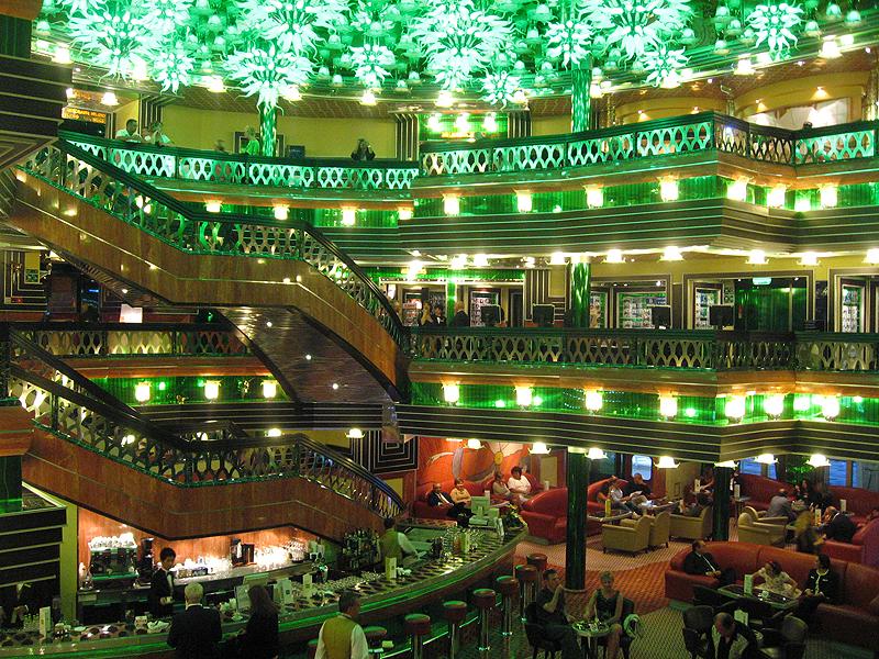 Hall en el interior del crucero Costa Concordia