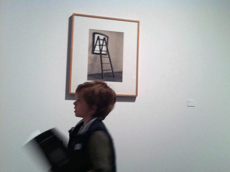 Pasando delante de una de las obras sin título