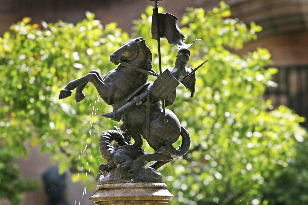 Figura de Sant Jordi enfrentándose al dragón