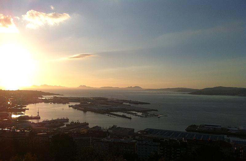 Atardecer en la Ría de Vigo con las Islas Cíes en el horizonte