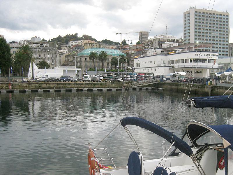 El hotel, con su tejado verdoso, desde el puerto