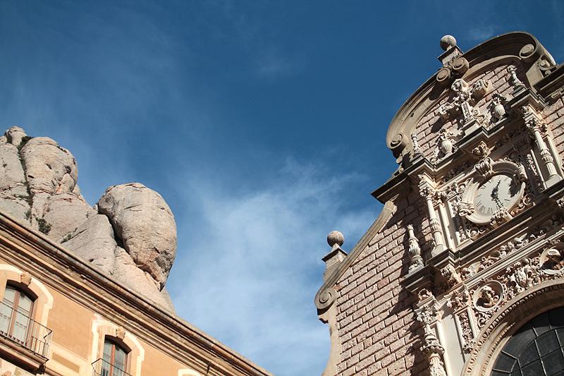 Rocas y la fachada de la Basílica