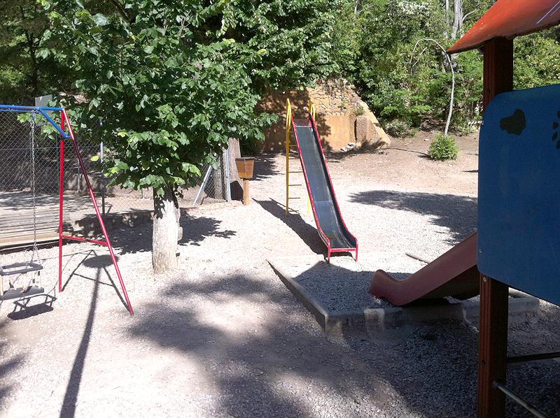 Zona de juegos infantiles y jardines de Villa Engracia