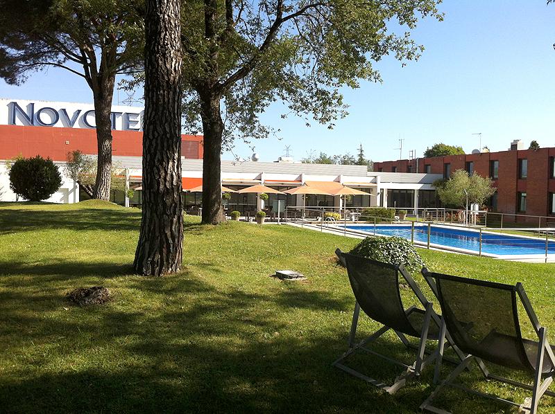 Zona de jardín y piscina del Hotel Novotel Girona