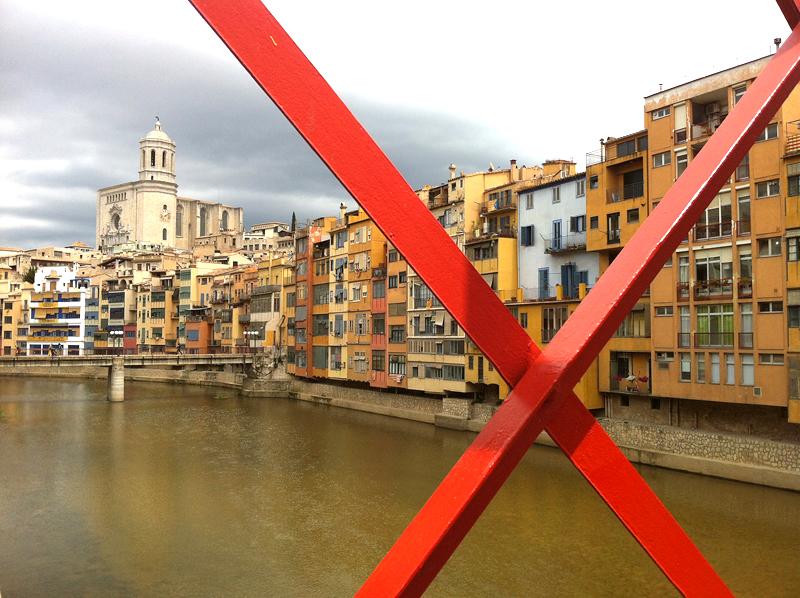 Cruzando uno de los famosos puentes sobre el río Onyar en Girona