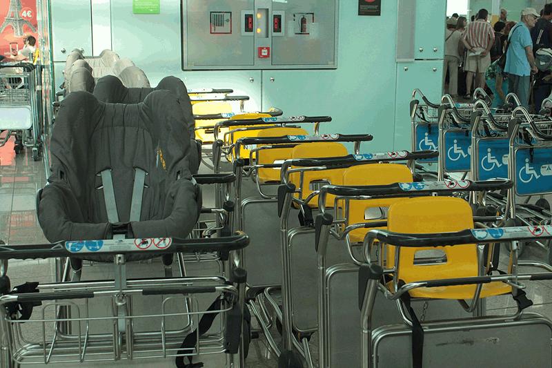 Carros de equipajes adaptados con sillitas para niños y bebés