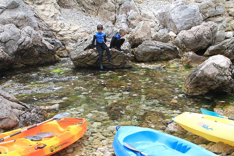 Momento de descanso con los kayaks