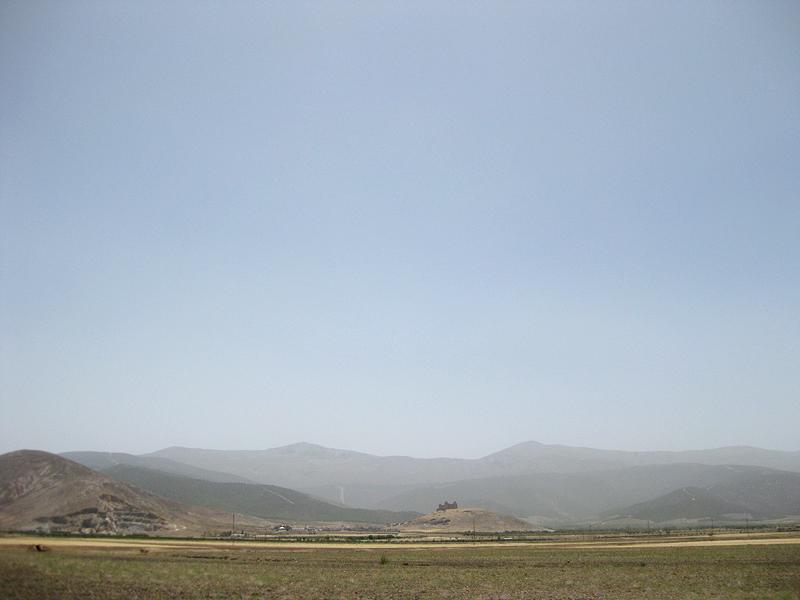 El Castillo de La Calahorra sobre el montículo que domina la población