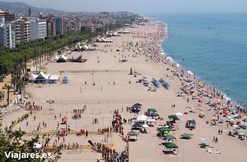 La inacabable playa de Calella vista desde el faro