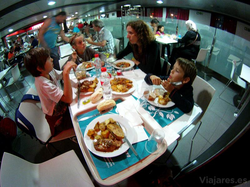 Cena familiar a bordo
