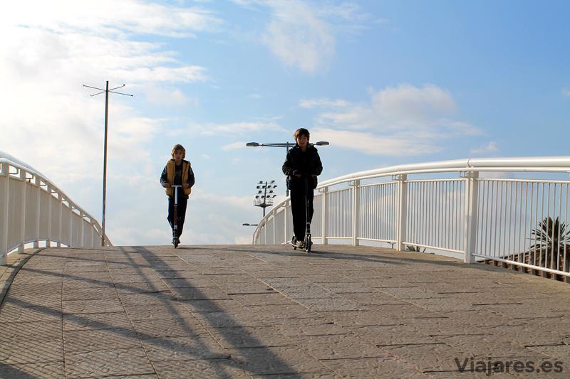 Se puede ir sobre ruedas desde la Barceloneta hasta el Parc del Fòrum