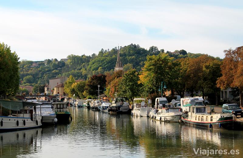 Puerto fluvial del Canal del Garona en el centro de Moissac