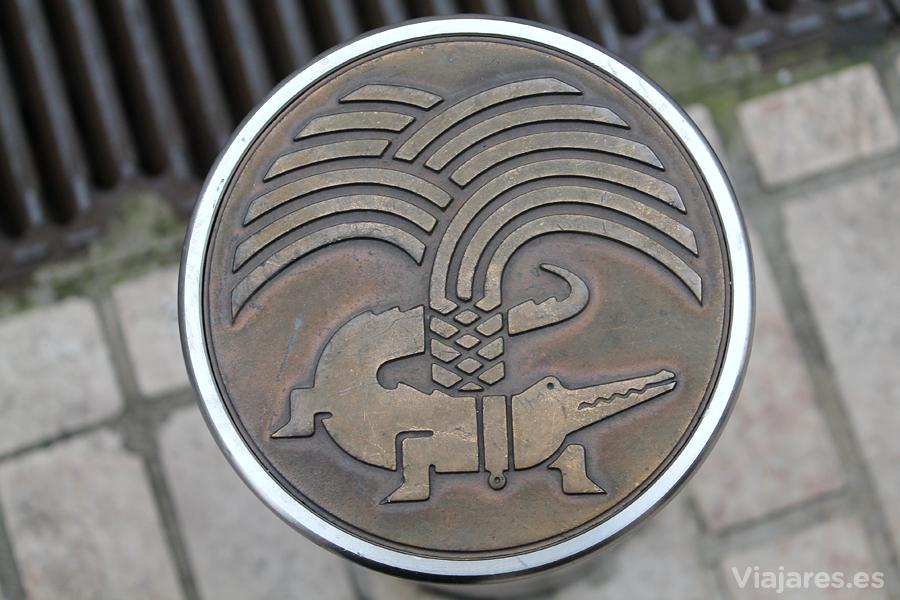 Un cocodrilo atado a una palmera es el escudo de Nîmes