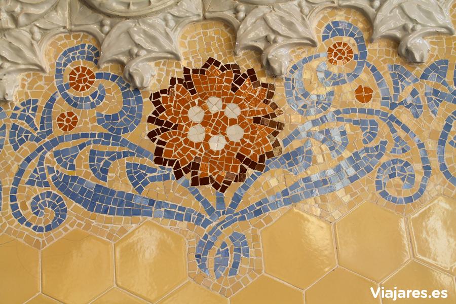 Mosaico modernista en el recinto modernista del Hospital de Sant Pau