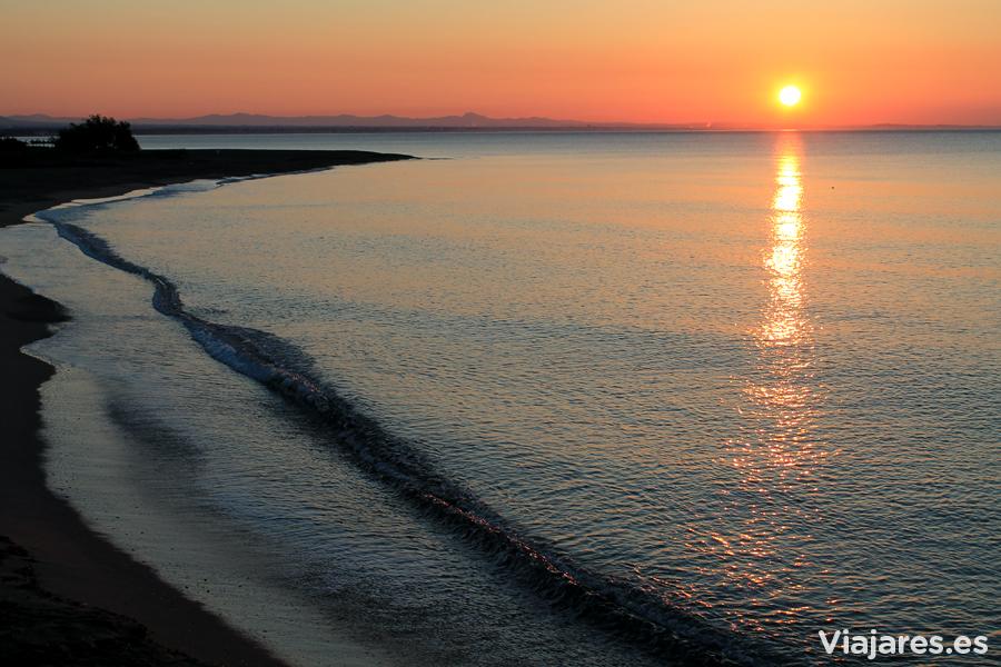 Amanecer dorado en la playa de la Punta del Riu, Hospitalet de l'Infant