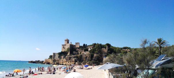 Playa y castillo de Tamarit, en la Costa Daurada