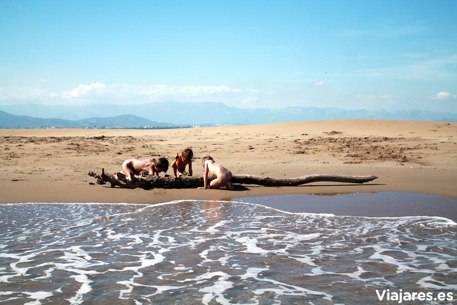 Toda la zona del Delta del Ebro está llena de playas ideales para ir con los peques.