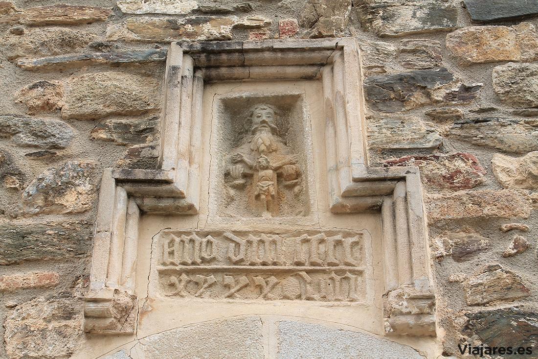 Detalle de la fachada en la Ermita de Sant Medir