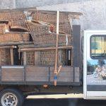 Camión con los cestos que se vuelven a subir