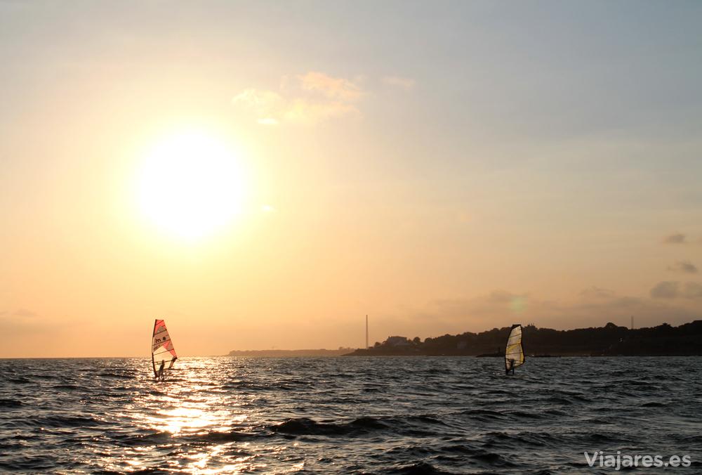 Windsurfistas en las playas de Vilanova i la Geltrú