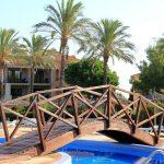 Puente sobre la piscina en Pierre & Vacances