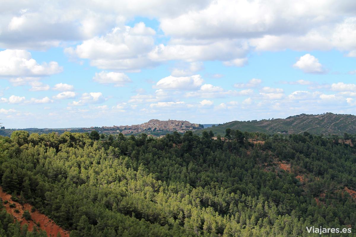 Horta de Sant Joan rodeada de los bosques de Els Ports