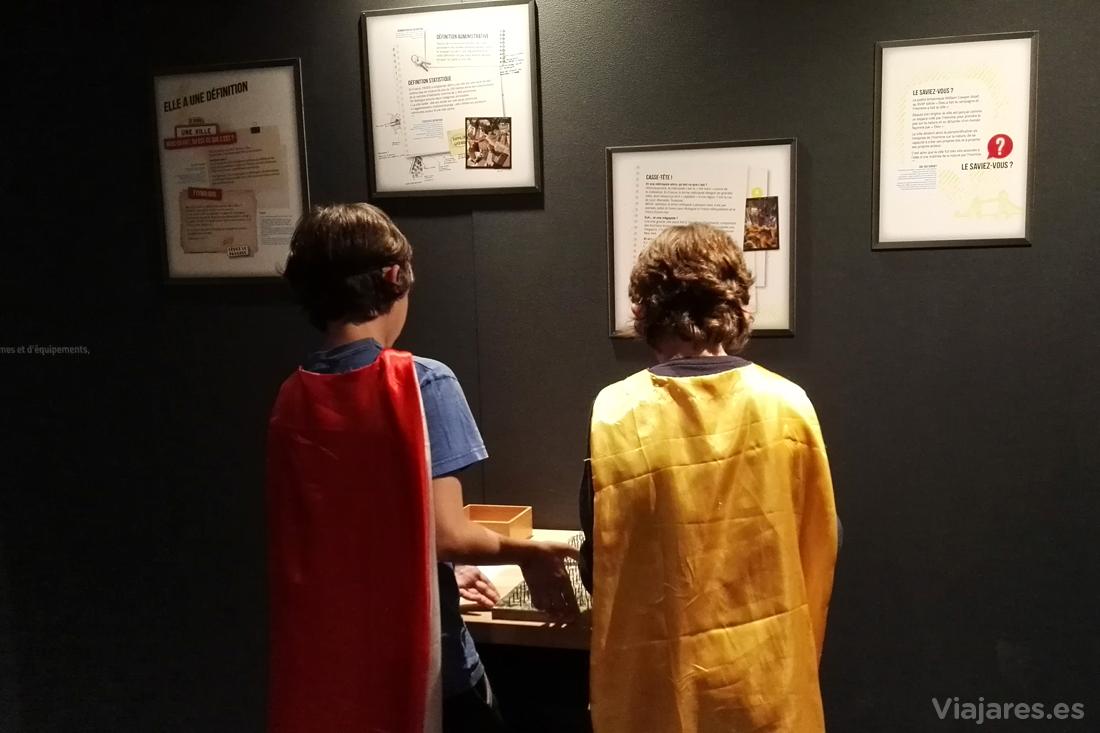 Visitando la exposición en plan superhéroes