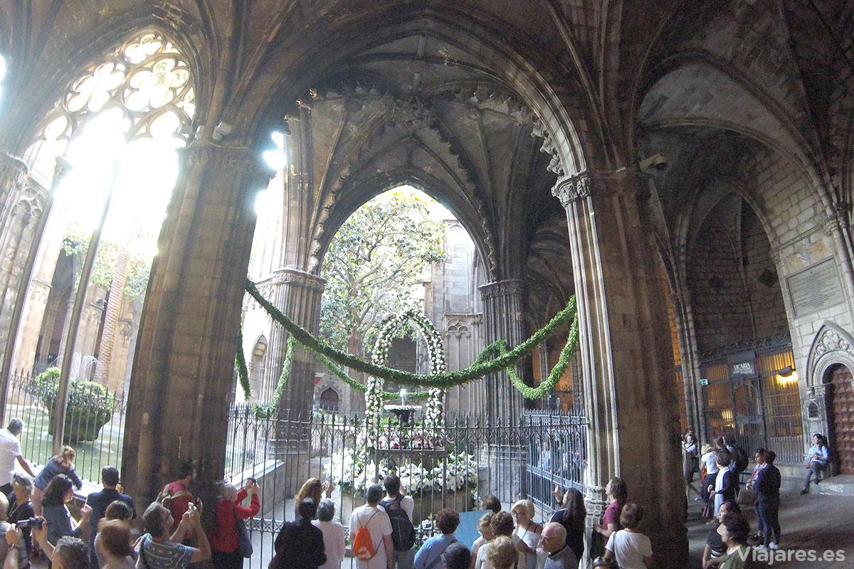 Una de las esquinas del claustro de la Catedral con el Ou com balla
