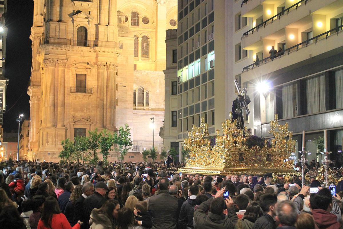 Aspecto de una procesión al lado de la Catedral