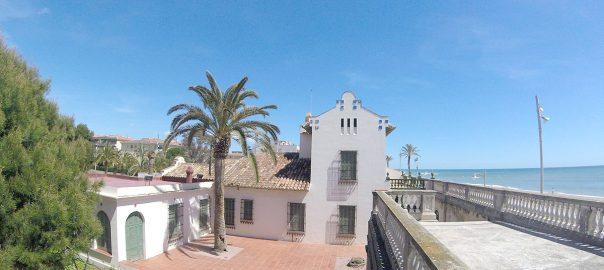 La localización frente al mar del Museo Pau Casals es excelente