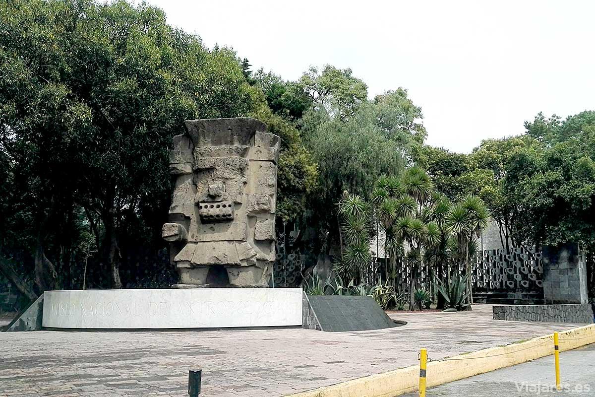 Monolito de Tláloc en la entrada del museo