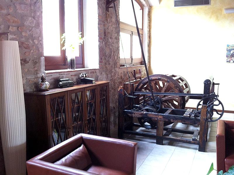 Antiguos mecanismos del molino en el hall