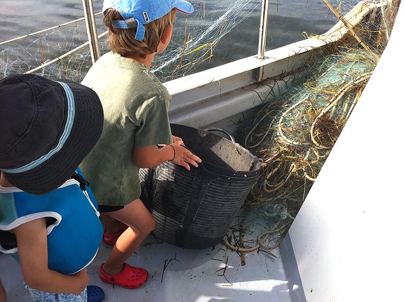 Preparados para llenar el capazo de peces