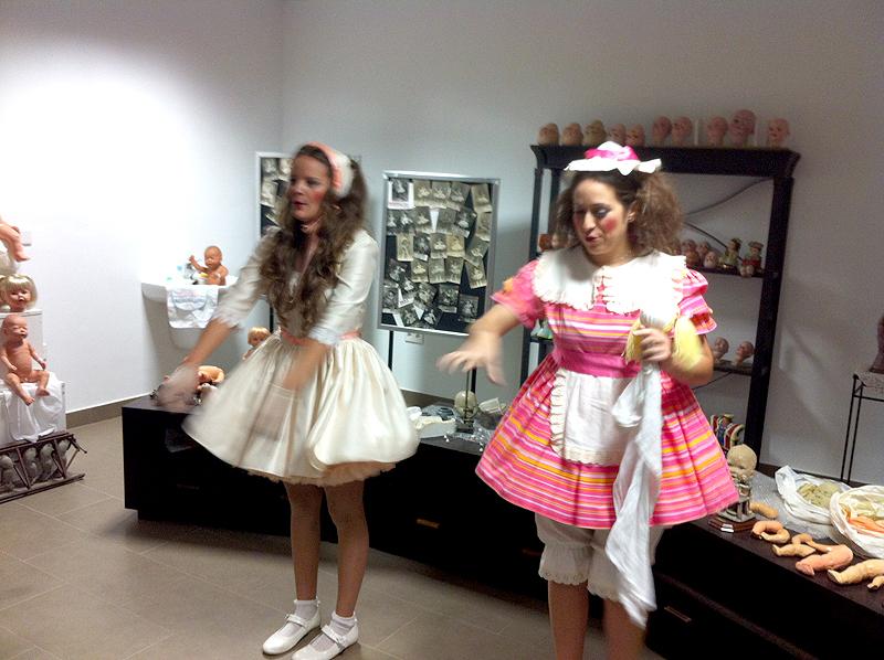 Muñecas de carne y hueso nos guían por el museo
