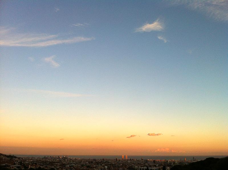 Amanecer en Barcelona en el mes de octubre